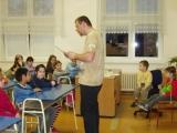 M. Šinágl vypráví 1-3 třídě pohádku.